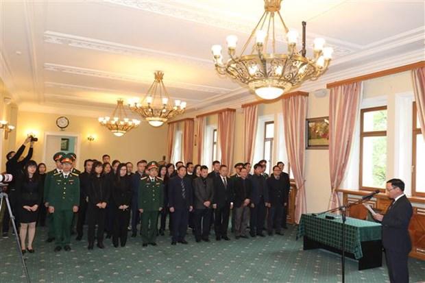 越南驻各国大使馆举行原越共中央总书记杜梅吊唁仪式 hinh anh 1