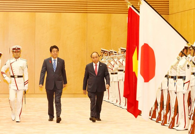 日本首相安倍晋三为越南政府总理阮春福举行隆重欢迎仪式 hinh anh 3