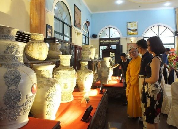 浮雕越南传统花纹图案的陶瓷百瓶创越南纪录 hinh anh 1