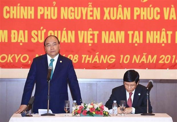 越南政府总理阮春福造访越南驻日本大使馆 hinh anh 1