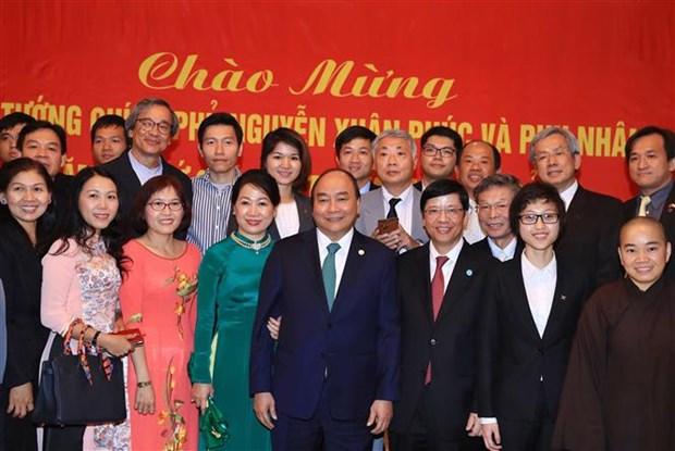 越南政府总理阮春福造访越南驻日本大使馆 hinh anh 2