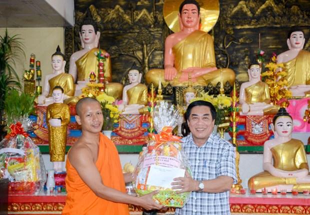 金瓯省领导代表向高棉族同胞报孝节致以节日祝福 hinh anh 1