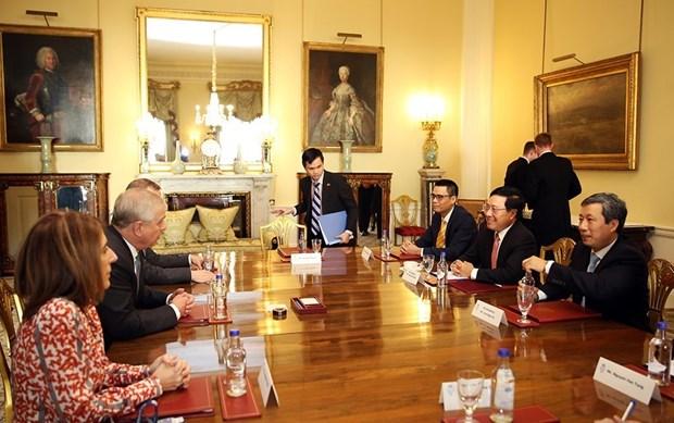 政府副总理兼外长范平明圆满结束对英国的正式访问 hinh anh 1