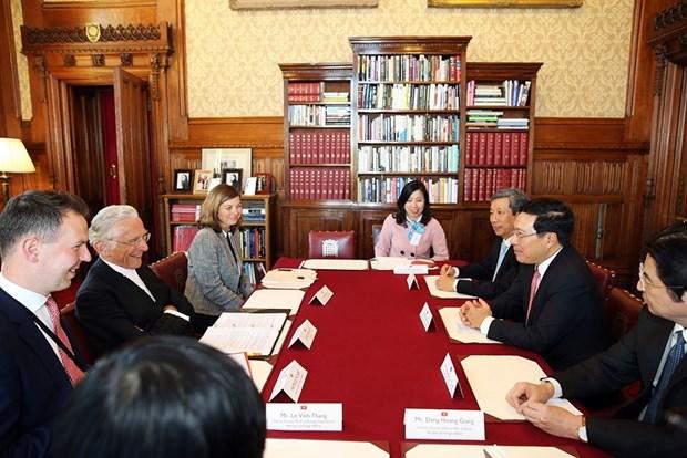 政府副总理兼外长范平明圆满结束对英国的正式访问 hinh anh 2