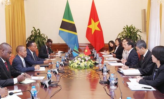 坦桑尼亚外交与东非合作部长马希加访问越南 与裴青山进行会谈 hinh anh 2