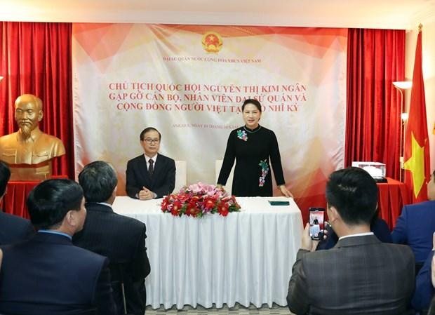 阮氏金银亲切会见越南驻土耳其大使馆工作人员和旅土越南人社群 hinh anh 1