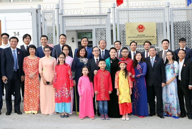 阮氏金银亲切会见越南驻土耳其大使馆工作人员和旅土越南人社群 hinh anh 2