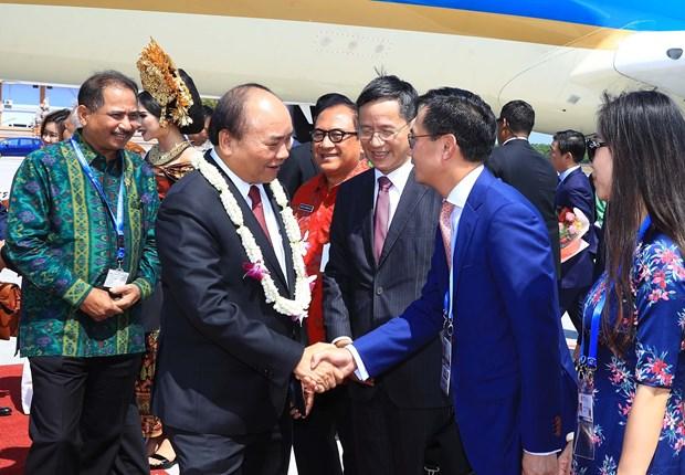 越南政府总理阮春福抵达印尼 出席东盟领导人见面会 hinh anh 1
