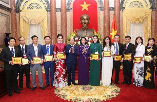 越南国家代主席邓氏玉盛会见优秀企业家和农民代表 hinh anh 1