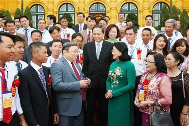越南国家代主席邓氏玉盛会见优秀企业家和农民代表 hinh anh 2