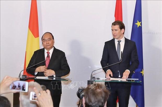 越南政府总理阮春福与奥地利总理塞巴斯蒂安·库尔茨共同出席联合新闻发布会 hinh anh 1
