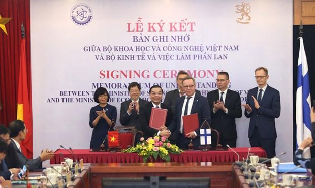 越南与芬兰签署科技与创新合作备忘录 hinh anh 1