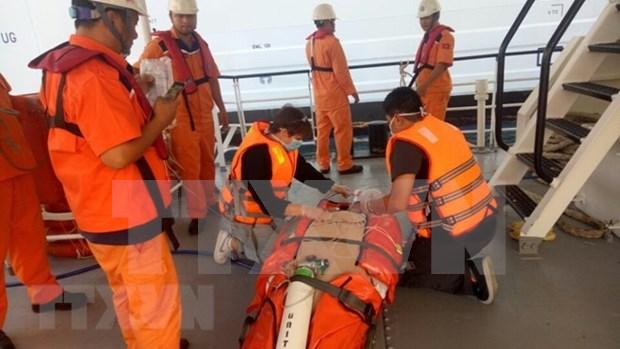巴地头顿省:一名突发呼吸衰竭的游客获得越南航海搜寻救难协调中心的紧急救助 hinh anh 2