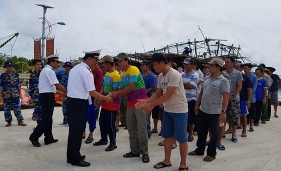 广南省:在长沙群岛海域遇险的43名渔民获救助并已安全上岸 hinh anh 1