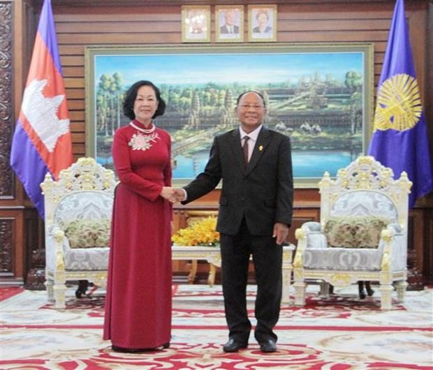 越共中央民运部长张氏梅会见柬埔寨王国国会主席韩桑林 hinh anh 1