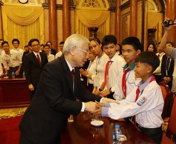 越共中央总书记、国家主席阮富仲亲切会见优秀学生、大学生代表 hinh anh 1