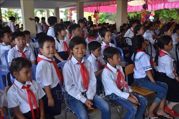 旅居柬埔寨首都金边越侨子女兴高采烈参加新学年开学典礼 hinh anh 2