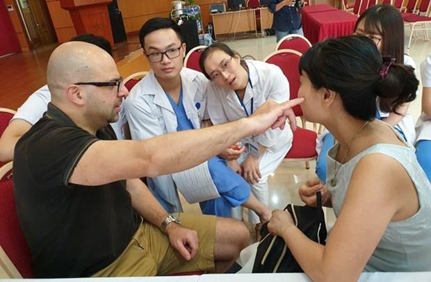 美国整形专家亲赴越南中央耳鼻喉科医院为患者进行整形手术 hinh anh 2