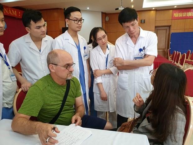 美国整形专家亲赴越南中央耳鼻喉科医院为患者进行整形手术 hinh anh 1