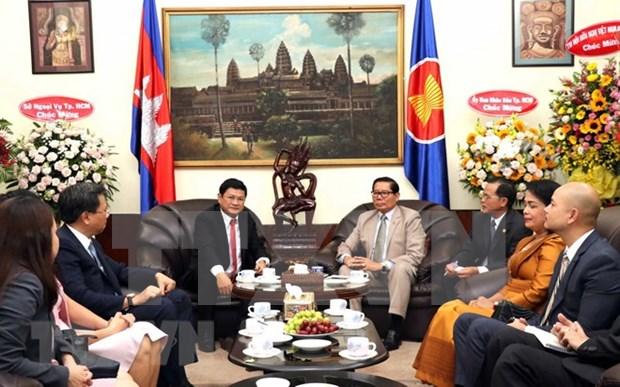 胡志明市领导前往柬埔寨总领事馆祝贺柬埔寨独立日65周年 hinh anh 1