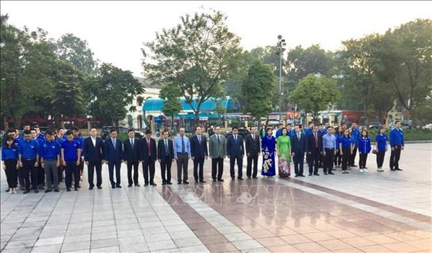 河内市领导向列宁敬献花圈 纪念俄罗斯十月革命胜利101周年 hinh anh 1