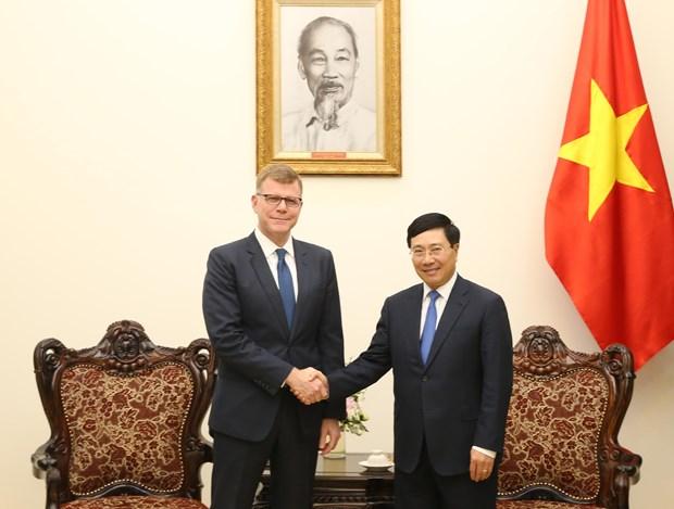 越南政府副总理兼外长范平明会见亚洲开发银行副行长格罗夫 hinh anh 1