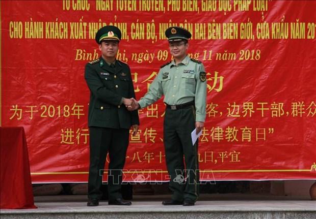 越中两国边防部队联合为边境地区居民开展法律宣传活动 hinh anh 1