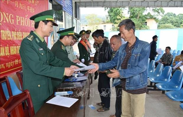 越中两国边防部队联合为边境地区居民开展法律宣传活动 hinh anh 2