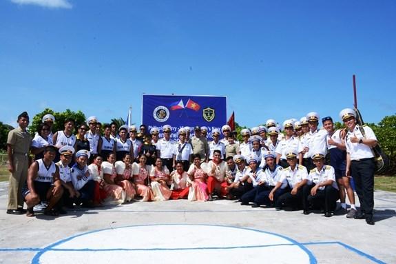 越菲两国海军在东双子岛上进行交流 hinh anh 2