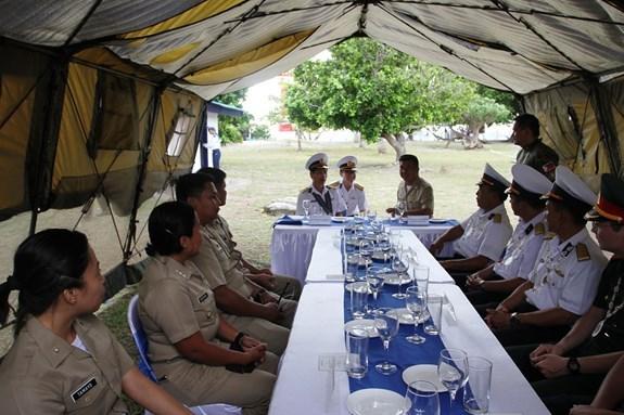 越菲两国海军在东双子岛上进行交流 hinh anh 1