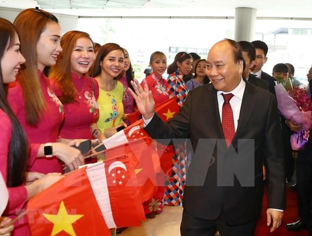 阮春福抵达新加坡 出席第33届东盟峰会 hinh anh 1