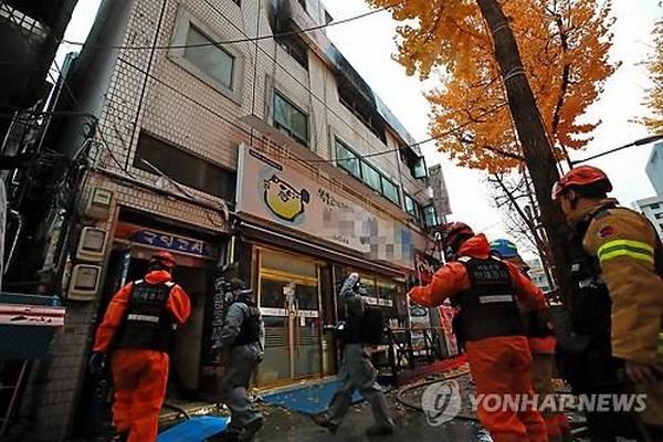 韩国一公司爆炸事故:越南驻韩国大使馆代表看望慰问受伤的两名越南工人 hinh anh 1