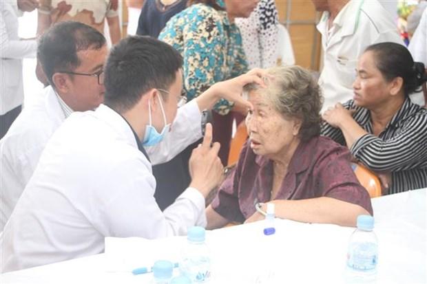 越南医师队伍为柬埔寨贫困患者做免费手术 hinh anh 1