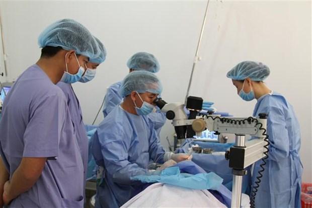 越南医师队伍为柬埔寨贫困患者做免费手术 hinh anh 2
