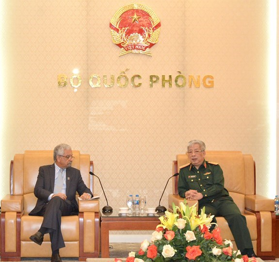 越南国防部领导人会见联合国常驻越南协调员卡玛勒•马特拉 hinh anh 1