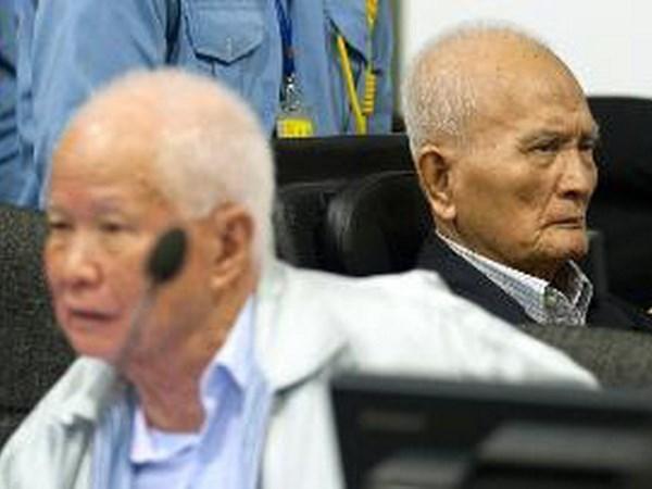 柬埔寨特别法庭判处红色高棉前两名领导人犯有种族灭绝罪 hinh anh 1