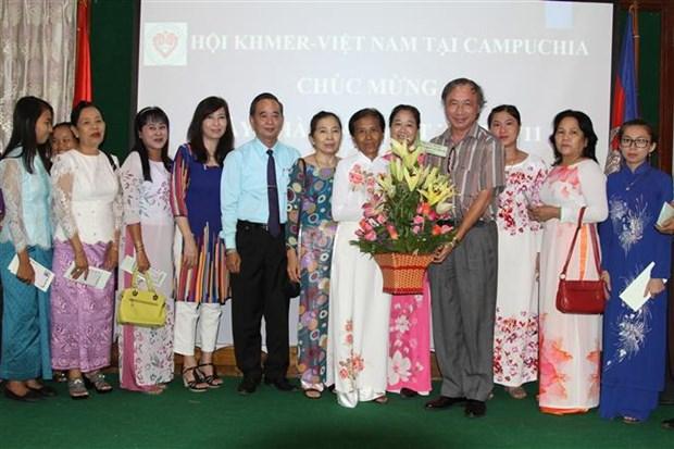 旅居柬埔寨和德国越南人举行活动庆祝越南教师节 hinh anh 1