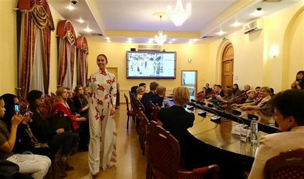 俄罗斯东方学专业大学生了解越南传统服装奥黛 hinh anh 2