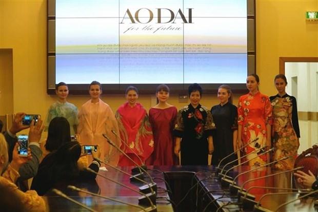 俄罗斯东方学专业大学生了解越南传统服装奥黛 hinh anh 1