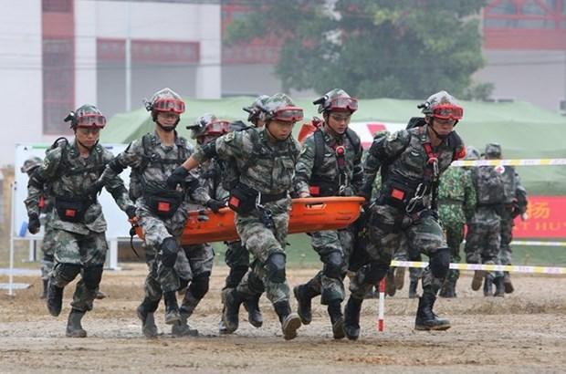 越中边境国防友好交流活动: 越中两军开展灾害救援联合演练活动 hinh anh 4