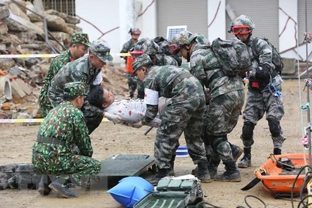 越中边境国防友好交流活动: 越中两军开展灾害救援联合演练活动 hinh anh 3