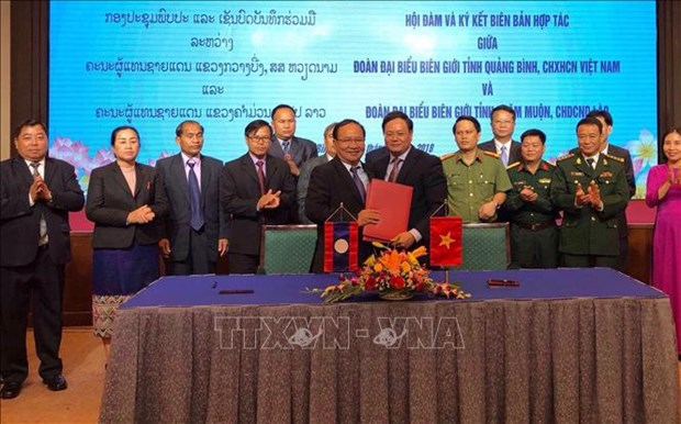 广平省与老挝甘蒙省加强合作 确保边境地区安全秩序 hinh anh 2