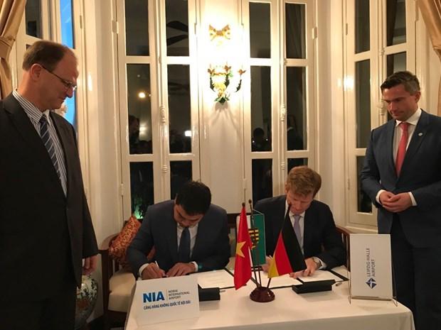 越南内排国际机场同德国公司签署货物运输合作备忘录 hinh anh 1