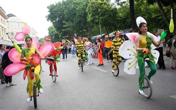 杂技艺术游行为河内市民献上精彩的杂技表演 hinh anh 2
