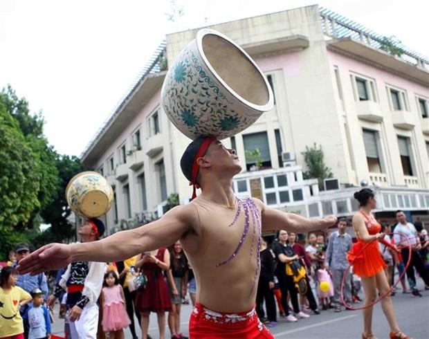杂技艺术游行为河内市民献上精彩的杂技表演 hinh anh 1