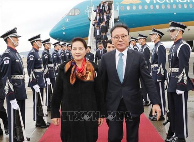 国会主席阮氏金银抵达釜山 开始对韩国进行正式访问 hinh anh 2