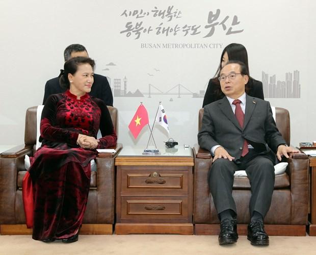越南国会主席阮氏金银会见韩国釜山市市长吴巨敦 hinh anh 1