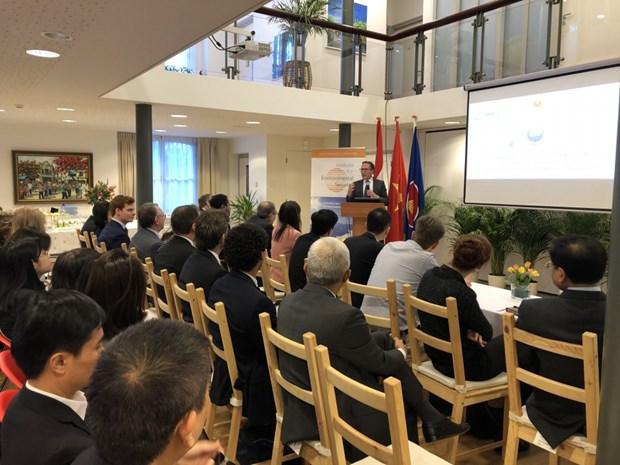 越南驻荷兰大使馆举行有关气候变化和安全的圆桌会议 hinh anh 1