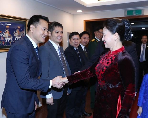 阮氏金银会见越南驻韩大使馆工作人员及旅韩越侨代表 hinh anh 2