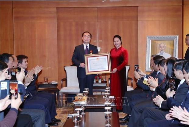 阮氏金银向韩国越南学研究学会主席授予友谊勋章 hinh anh 1